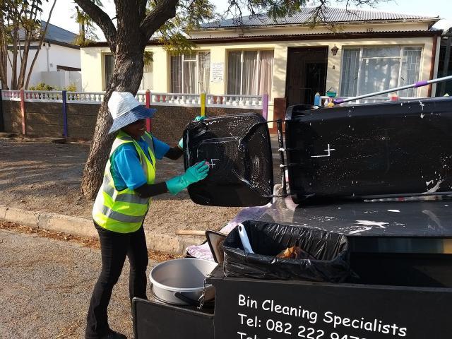 Rechargeable Wheelie Bin Cleaning Trailer - 2/3