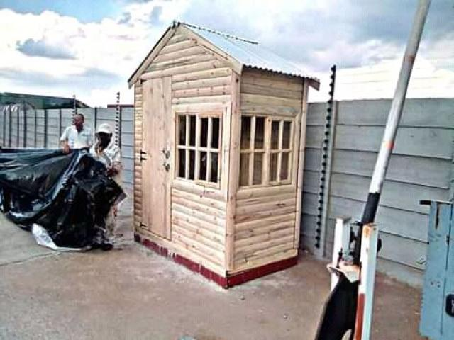 Am selling wendy house pallet,loarve and loghome - 1/1
