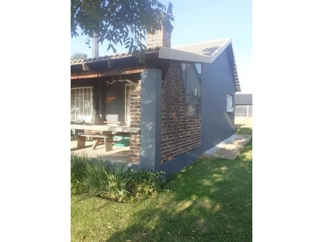 2 bedroom house on shared 5 acre property - 3/4